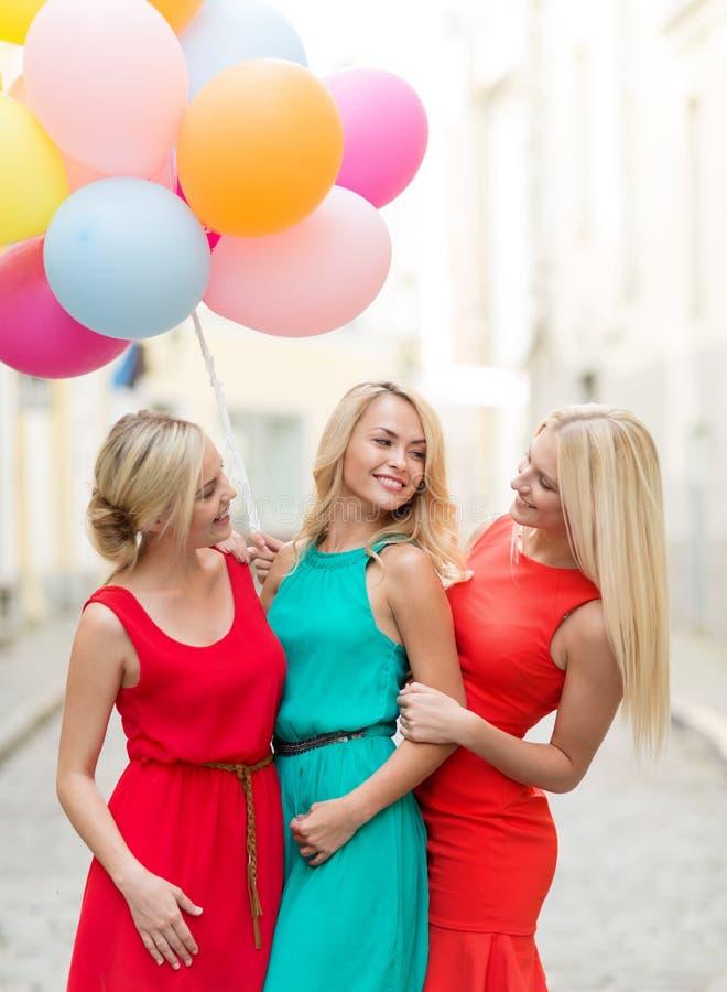 Piękne dziewczyny z kolorowymi balonami w mieście fotografia stock