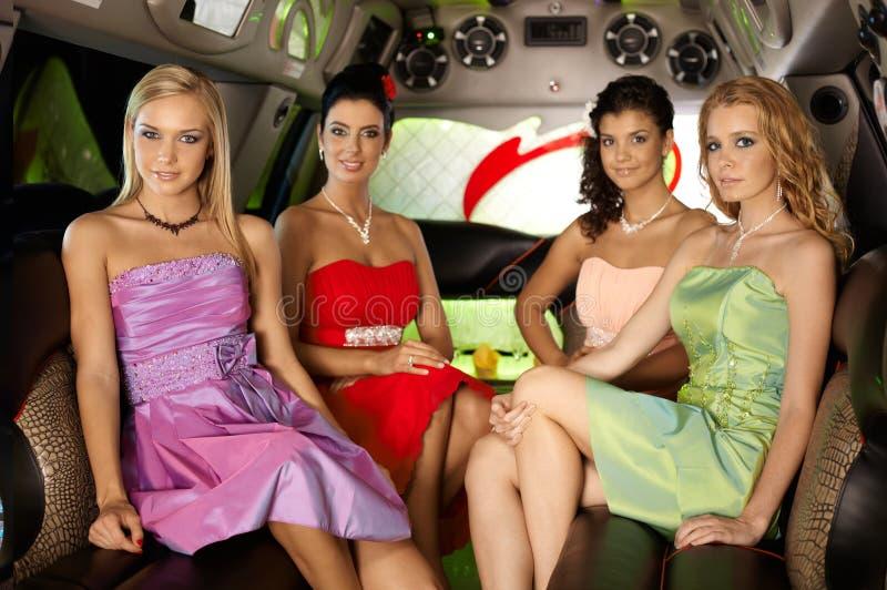 Piękne eleganckie kobiety w limuzynie obraz stock