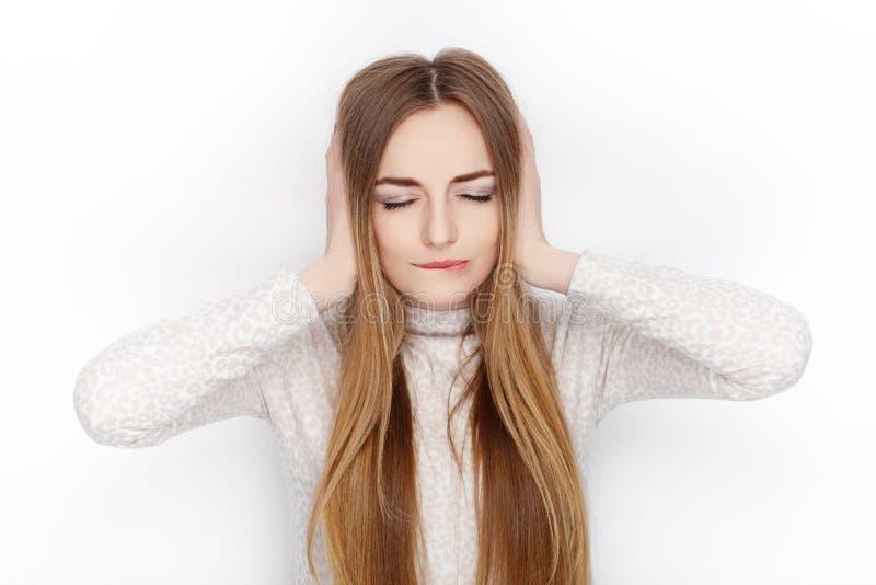 Piękne emocjonalne blondynki kobiety modela odzieży piżamy zakrywają jej ucho Komunikacja deseniuje pojęcie obraz royalty free
