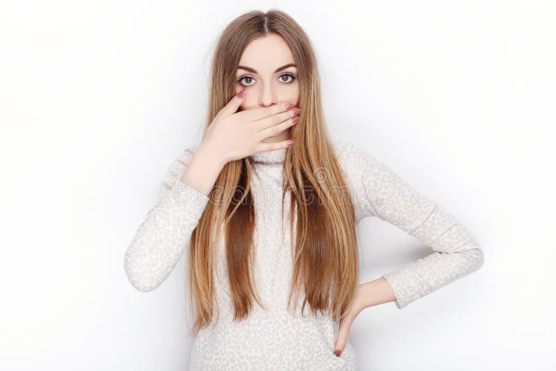 Piękne emocjonalne blondynki kobiety modela odzieży piżamy zakrywają jej usta Komunikacja deseniuje pojęcie fotografia stock