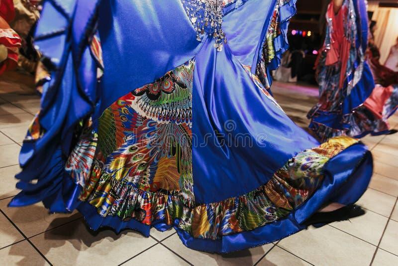 Piękne gypsy dziewczyny tanczy w tradycyjnej kolorowej odzieży Roma gypsy festiwal Kobiety spełniania romany śpiew i taniec obraz stock