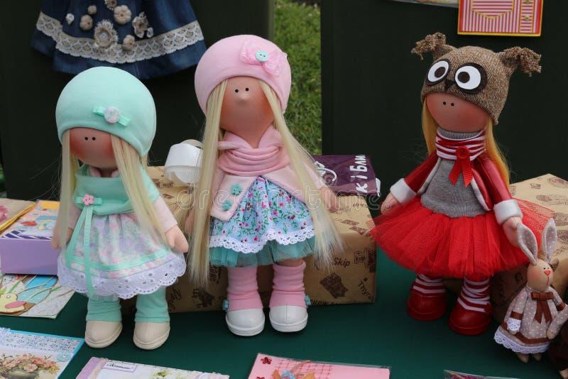 Piękne handmade lale w jaskrawych sukniach obraz stock