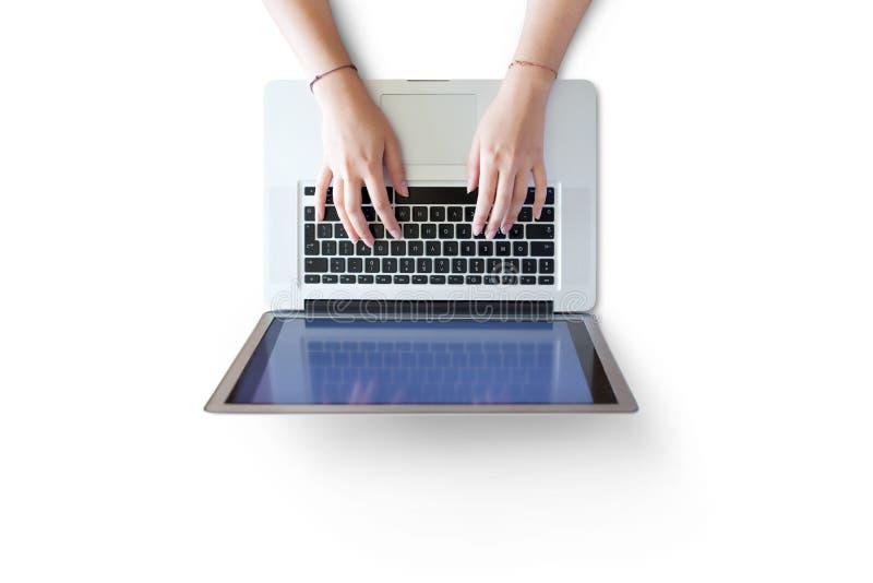 Piękne kobiet ręki na laptop klawiaturze, odizolowywającej z ścinek ścieżką zawierać fotografia stock