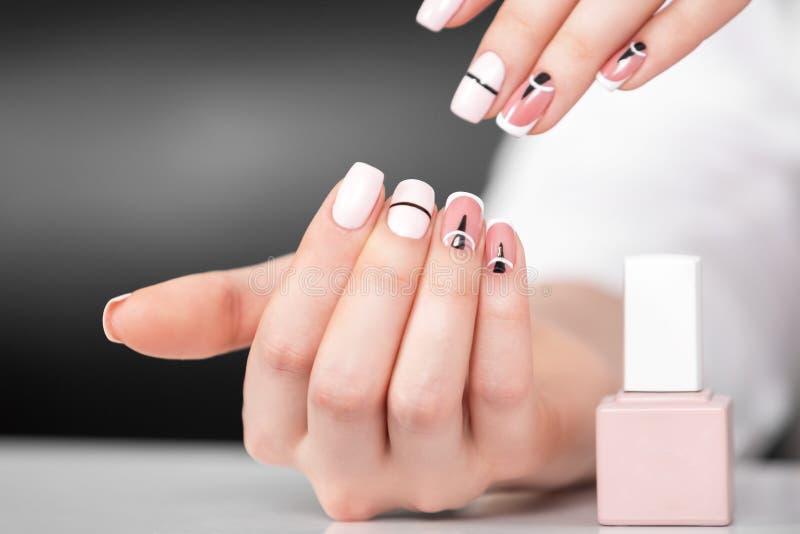 Piękne kobiet ręki z modnym manicure'em Geometryczny projekt gwoździe zdjęcia stock