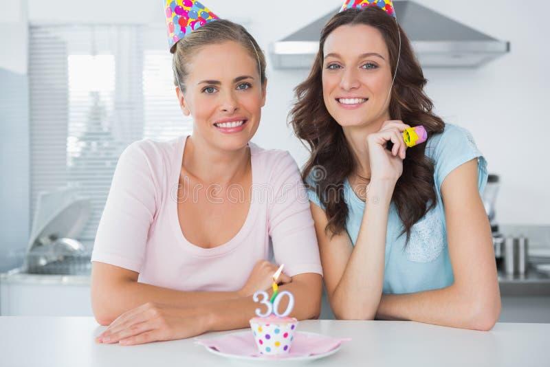 Piękne kobiety świętuje urodziny zdjęcia royalty free