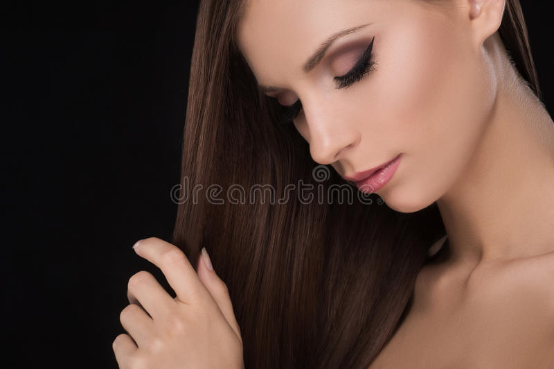 Piękne kobiety dotyka włosy. obrazy stock