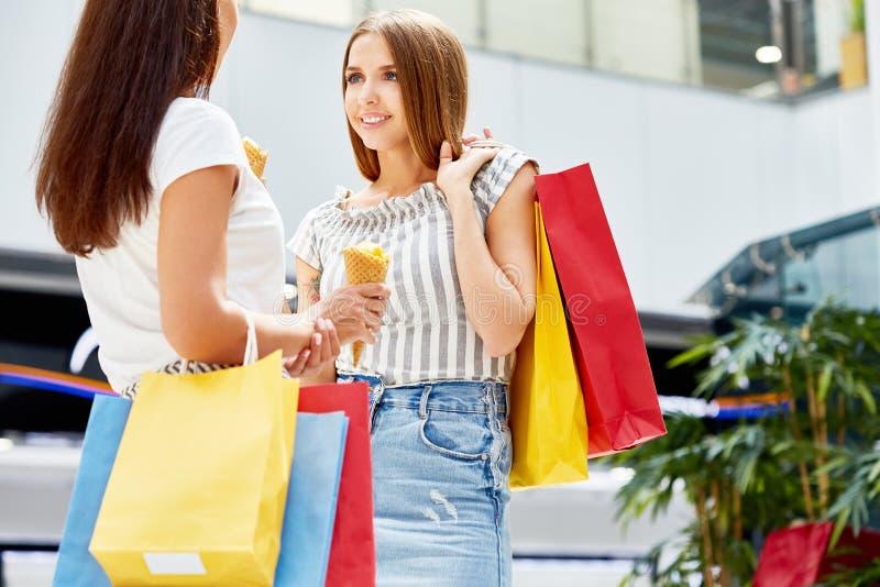 Piękne kobiety Robi zakupy w centrum handlowym fotografia royalty free
