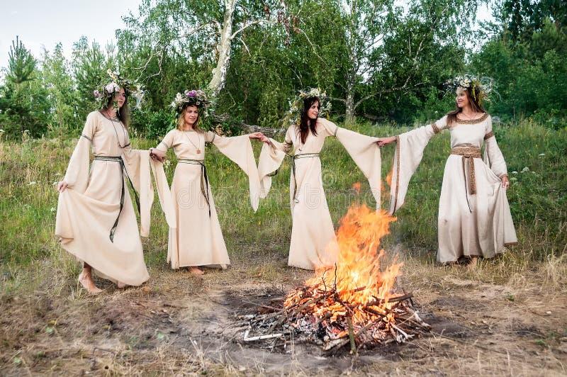 Piękne kobiety w tradycyjnych sukniach zdjęcia royalty free