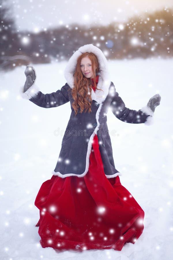 piękne kobiety young Bajki dziewczyna w barankowym żakiecie w magicznej las kopii przestrzeni Boże Narodzenia zdjęcia stock