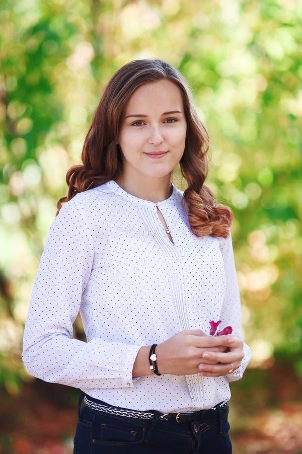 piękne kobiety young Piękno nastolatka uśmiechnięta dziewczyna w jesień parku zdjęcie stock