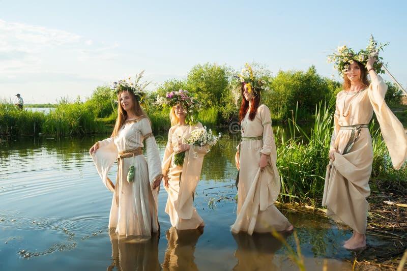 Piękne kobiety z kwiatu wiankiem w wodzie fotografia royalty free