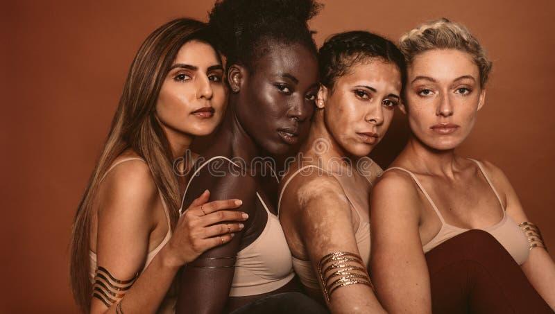 Piękne kobiety z różnorodnymi skóra typ fotografia royalty free