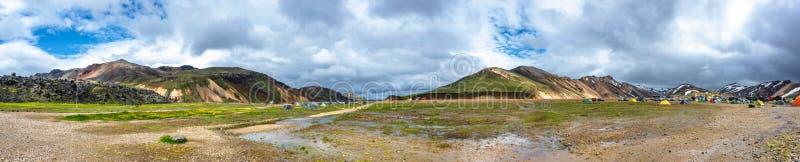 Piękne kolorowe powulkaniczne góry Landmannalaugar i campingowy miejsce w Iceland, ziemska formacja zdjęcie stock