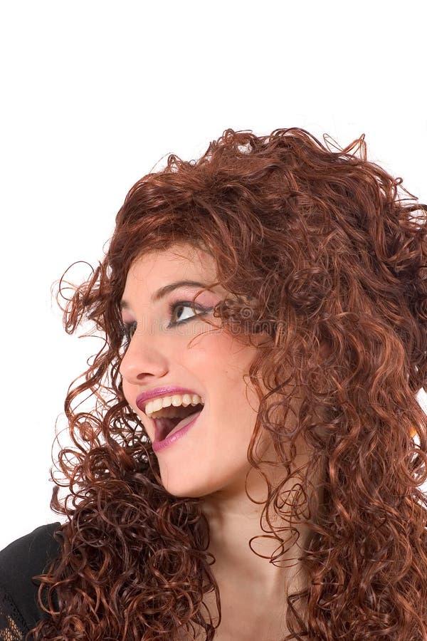 piękne kręcone nastolatek nosi perukę fotografia stock