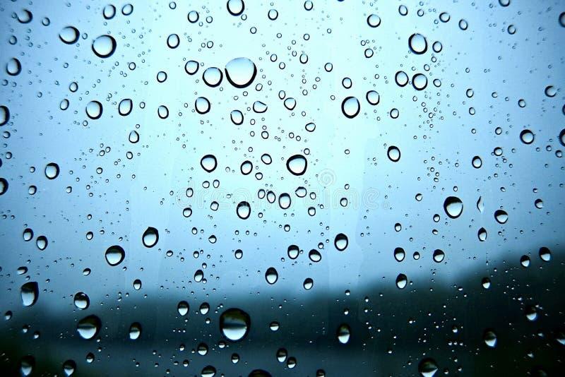 Piękne krople deszcz na szkle obraz stock