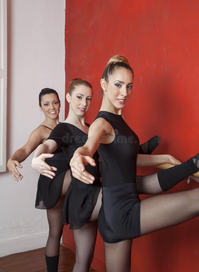 Piękne Młode baleriny Rozciąga Przy Barre obrazy royalty free