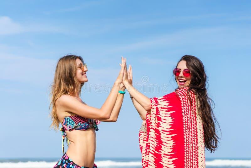piękne młode kobiety daje wysokim piszczałkom fotografia stock