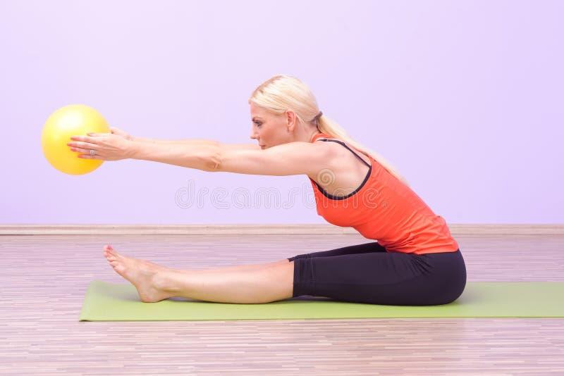Piękne młode kobiety robi Pilates zdjęcia stock