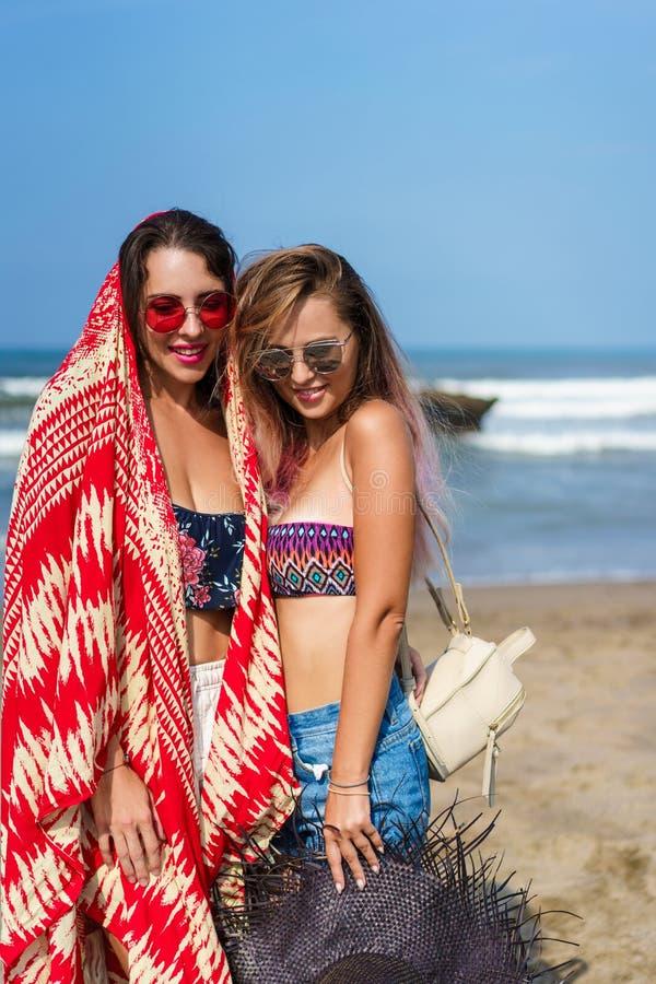 piękne młode kobiety stoi wpólnie w bikini obrazy royalty free