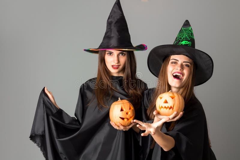 Piękne młode kobiety w Halloween stylu obrazy stock
