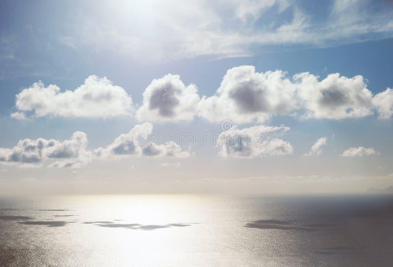 Piękne małe chmury nad wodą morską ukazują się z niebieskim niebem fotografia royalty free