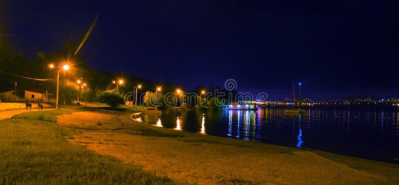 piękne miasto ilustracji krajobrazu noc Na brzeg zatoka obraz royalty free