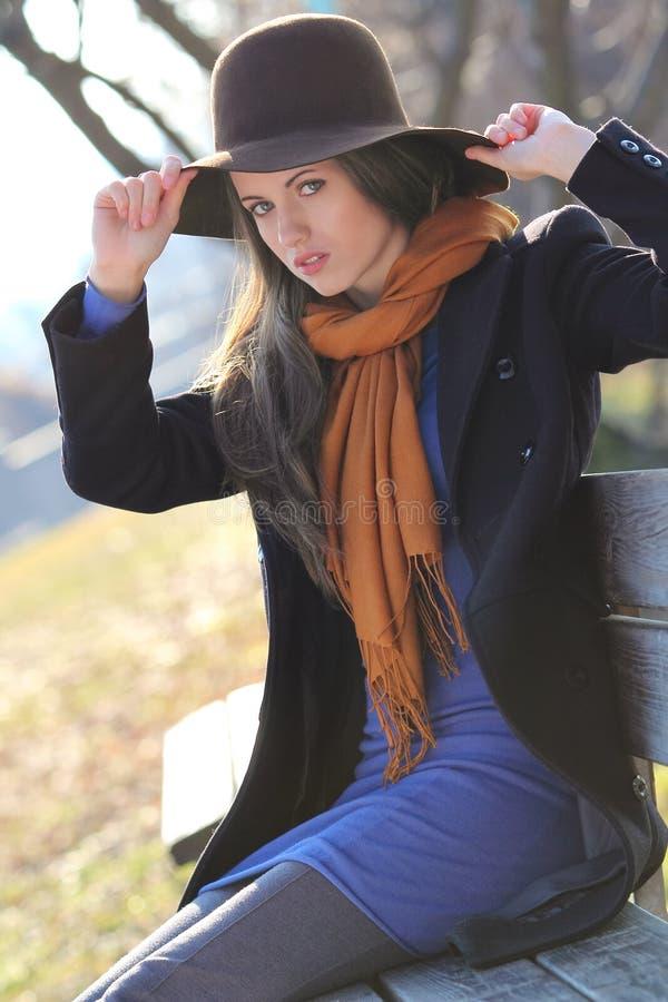 Download Piękne Moda Modela Pozy Na ławce Obraz Stock - Obraz złożonej z kolory, kobieta: 28952777
