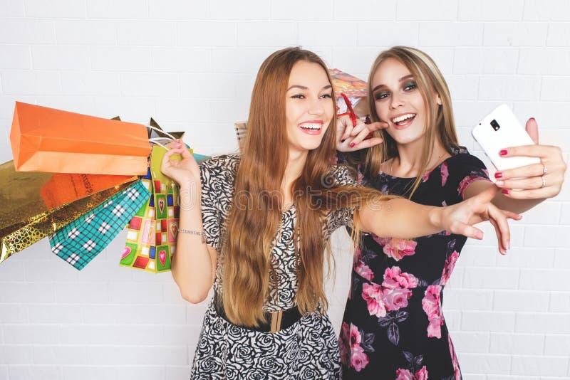Piękne nastoletnie dziewczyny niesie torba na zakupy, nad białym tłem obraz royalty free