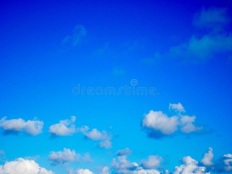 piękne niebieskie niebo białe chmury zdjęcia stock