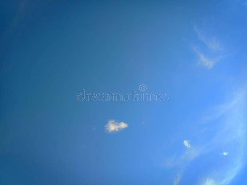 """PiÄ™kne niebo sÅ'oneczne i wieczorne z chmurami na tle o jasnym sÅ'oÅ""""cu i pomaraÅ""""czowym kolorze zdjęcia stock"""