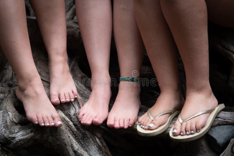Piękne nierozpoznane nastoletnie kobiet nogi zdjęcie stock