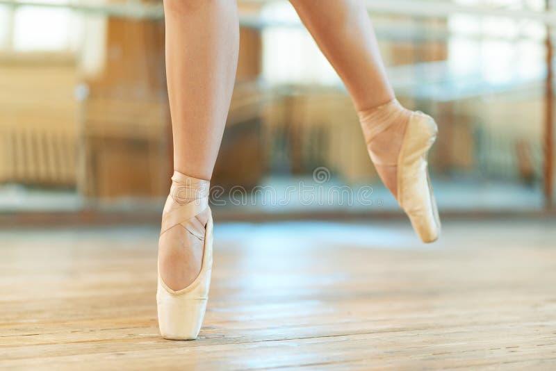 Piękne nogi tancerz w pointe zdjęcie royalty free