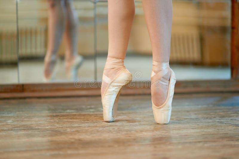 Piękne nogi tancerz w pointe obraz royalty free