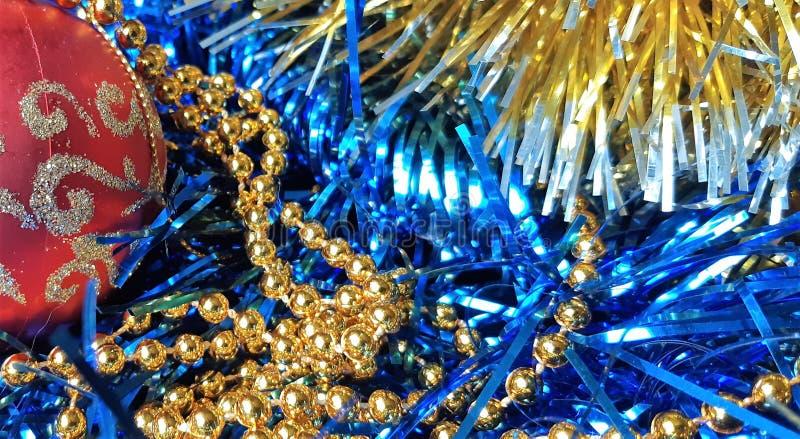 Piękne nowego roku s zabawki i Bożenarodzeniowe dekoracje Czerwone nowy rok sfery na zmroku - błękitny tło zdjęcie royalty free