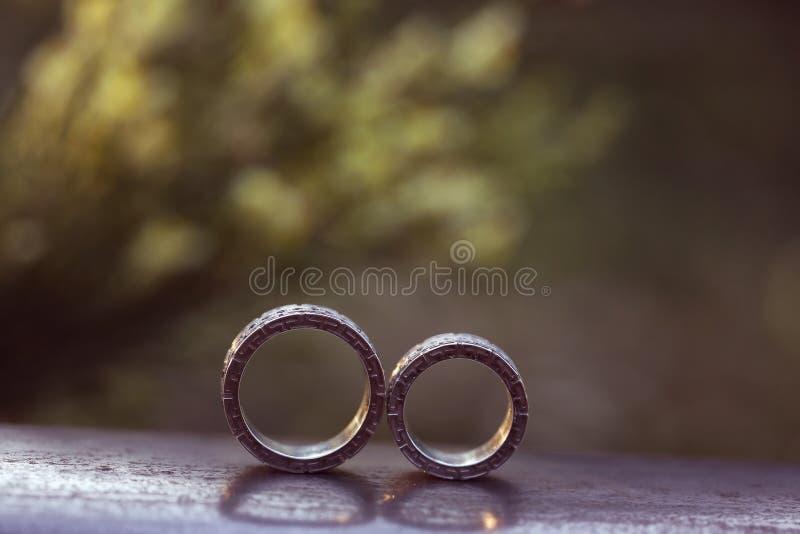 Download Piękne Obrączki ślubne Na Drewnie Obraz Stock - Obraz złożonej z tło, bride: 57660443