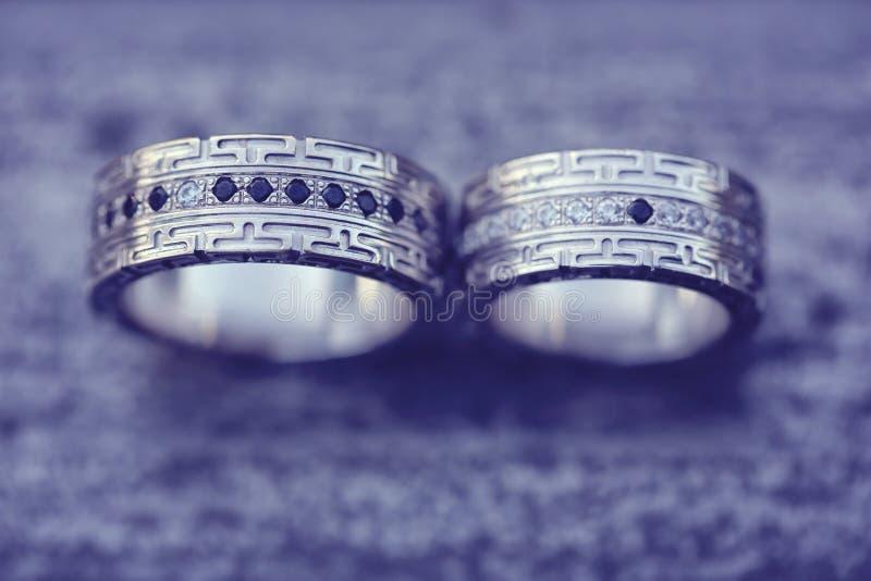 Download Piękne Obrączki ślubne Na Drewnie Zdjęcie Stock - Obraz złożonej z symbol, świętowanie: 57660474