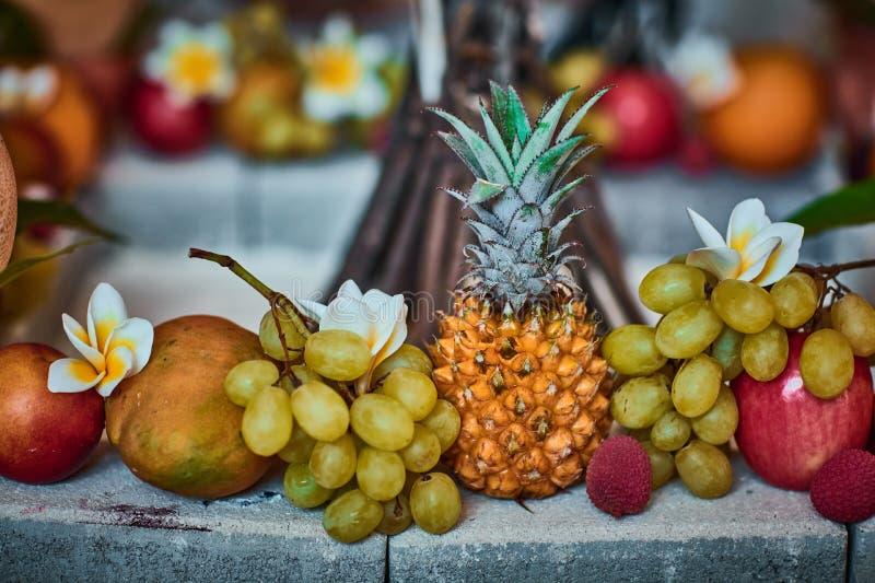 Piękne owoc układać z zamazanym tłem zdjęcia stock