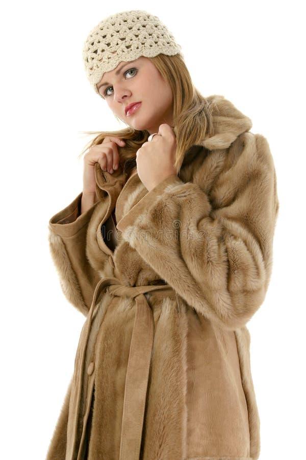 piękne płaszcza futerkowego kapelusza zimy kobiety young obraz stock