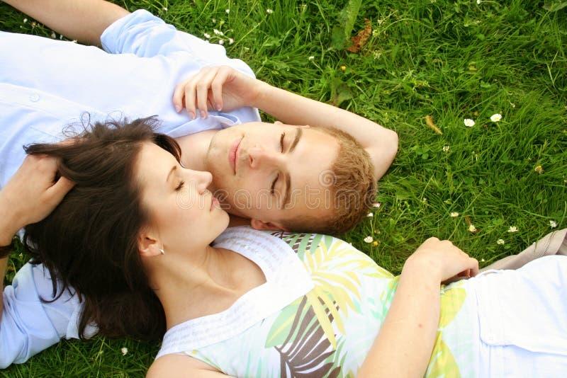 piękne pary się odprężyć zdjęcia royalty free
