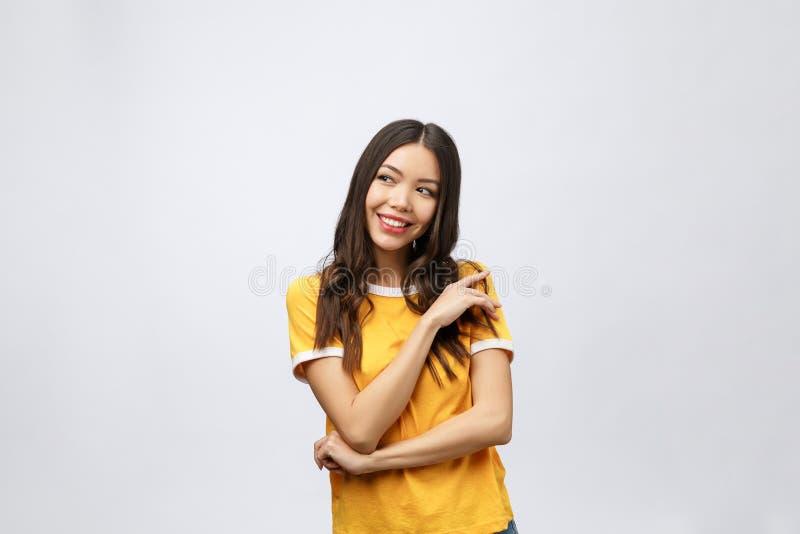 piękne portret kobiety young Uśmiechnięty azjatykci styl życia pojęcie z krzyżować rękami Odizolowywający na popielatym tle obraz stock