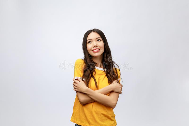 piękne portret kobiety young Uśmiechnięty azjatykci styl życia pojęcie z krzyżować rękami Odizolowywający na popielatym tle obrazy stock