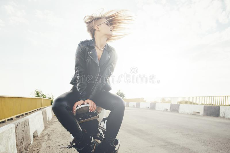 Piękne rowerzysta kobiety cieszy się wolność zdjęcie stock