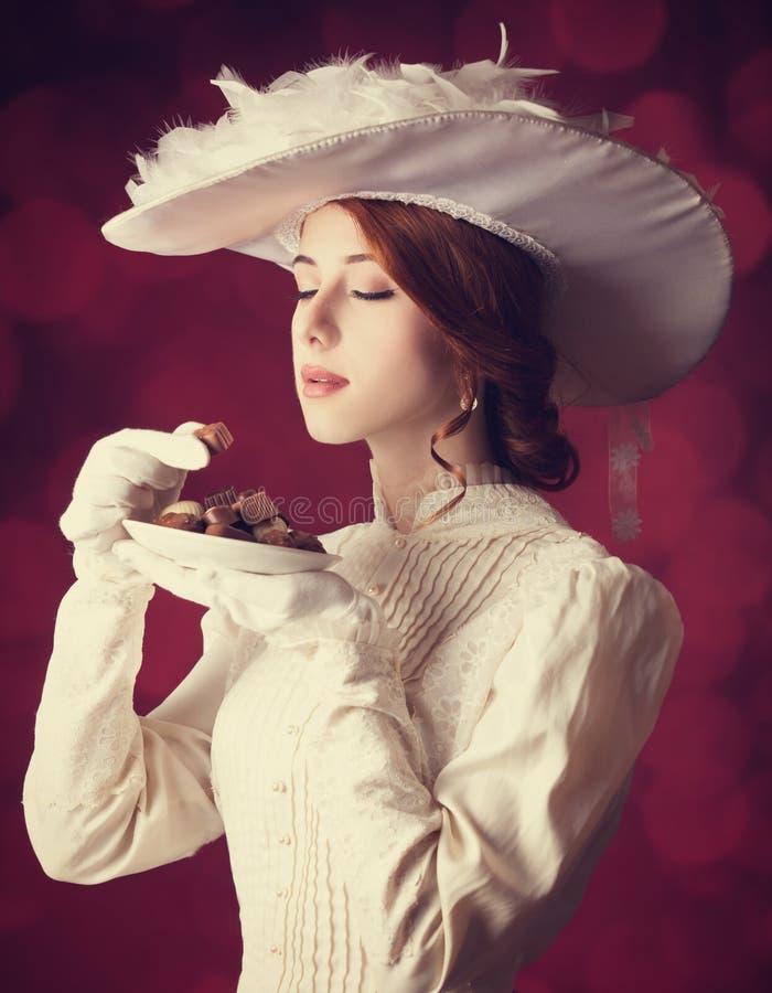 Piękne rudzielec kobiety z cukierkiem. obrazy royalty free