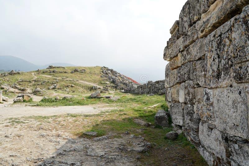 Piękne rzymskie starożytne ruiny Hierapolis Pamukkale z łąką zdjęcie royalty free