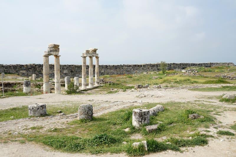 Piękne rzymskie starożytne ruiny Hierapolis Pamukkale z łąką obrazy stock