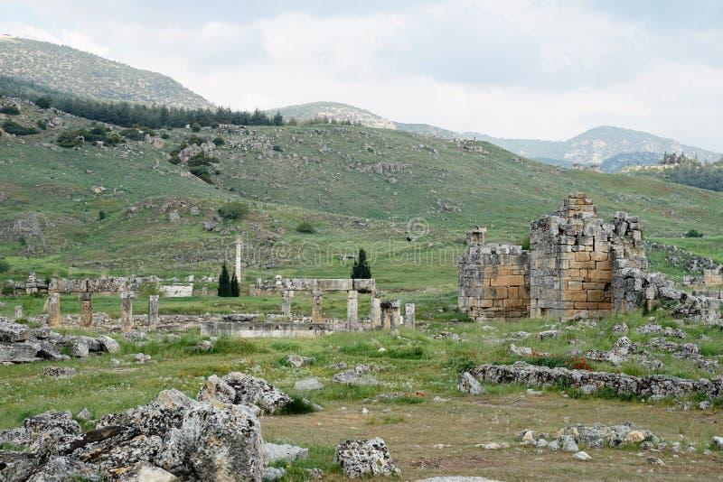 Piękne rzymskie starożytne ruiny Hierapolis Pamukkale z łąką zdjęcie stock