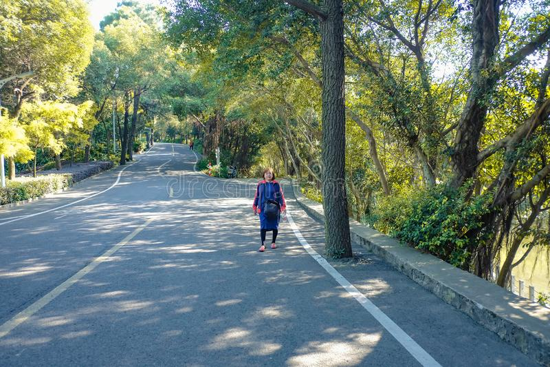 Piękne Starsze azjatykcie kobiety chodzi w xiqiao górze parkują Foshan porcelanę zdjęcie stock