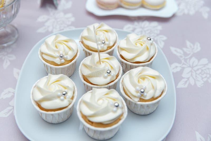 Piękne stubarwne dekorować cukierek babeczki stół piec słodkie smakowite babeczki na przyjęciu, pięknie dekorujący cateringu bank fotografia royalty free