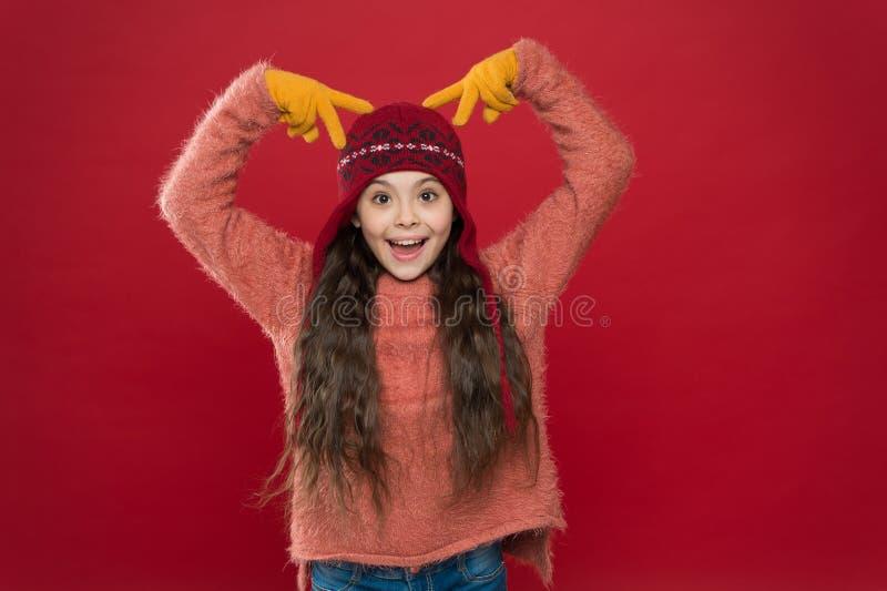 Piękne szaleństwo Szalone rogi dziecięce na głowie Szczęśliwa dziewczyna z szalonym wyglądem czerwonym tłem Szalony nastrój świąt obraz stock