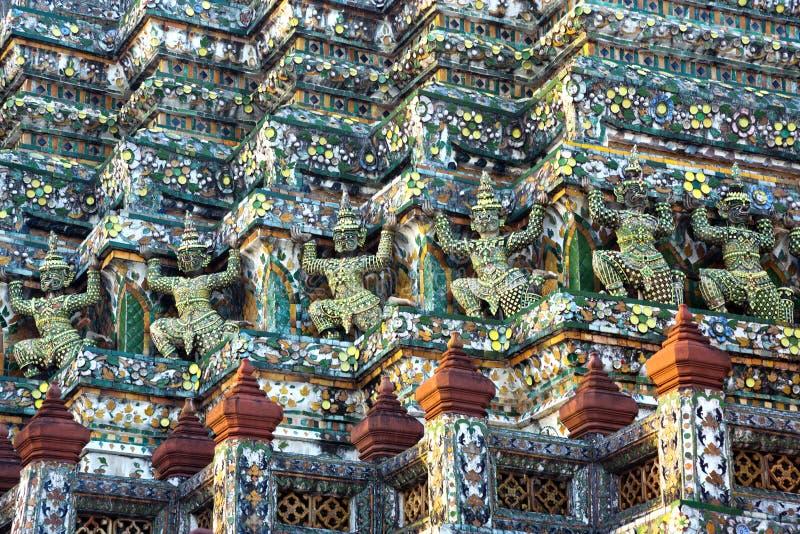 Piękne sztukateryjne statuy wokoło świątyni fotografia royalty free